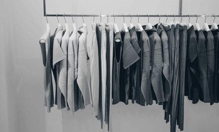 vetements rangés dans dressing